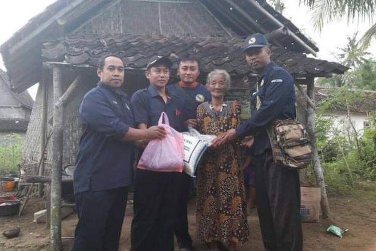 Tenaga Kesejahteraan Sosial Tingkat Kecamatan (TKSK) Kabupaten Tulungagung memberikan bantuan untuk Nenek Binah pada 2017 silam.