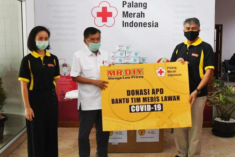 Penyerahan donasi alat pelindung diri (APD) dari Mr DIY kepada Palang Merah Indonesia (PMI).