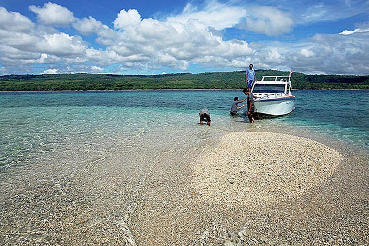 Pelancong bermain air dan mengamati ikan kecil di Takat Sagele, kawasan Pulau Moyo, Sumbawa Besar, Nusa Tenggara Barat, Selasa (28/3/2017). Selain menjadi surga para penyelam permukaan (snorkeling), Takat Segele yang merupakan pulau mini dari karang ini juga menarik para wisatawan untuk sekadar berfoto ataupun turun dari kapal untuk menginjakkan kaki di permukaannya yang dangkal.