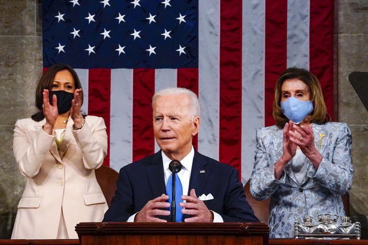 Wakil Presiden Kamala Harris dan Ketua DPR Nancy Pelosi dari California, berdiri dan bertepuk tangan saat Presiden Joe Biden berpidato di sesi gabungan Kongres, Rabu (28/4/2021)