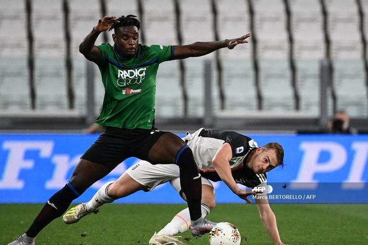 Pemain Atalanta, Duvan Zapata (hijau) berebut bola dengan pemain Juventus, Matthijs De Ligt, dalam pertandingan Juventus vs Atalanta di Stadion Allianz, Minggu (12/7/2020) dini hari WIB.