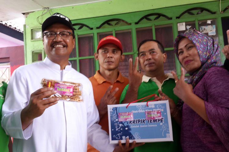 Calon Gubernur Jawa Timur nomor urut 2 Saifullah Yusuf atau Gus Ipul saat mendatangi Sentra Industri Kripik Tempe Sanan, Kota Malang, Kamis (1/3/2018).