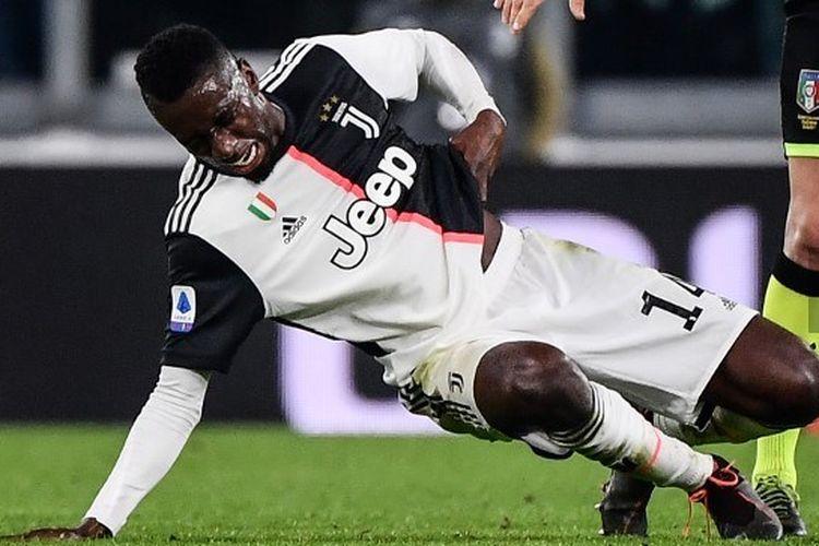 Gelandang Prancis asal Prancis Blaise Matuidi (kiri) menahan tulang rusuknya di samping wasit asal Italia Fabio Maresca selama pertandingan sepak bola Serie A Italia Juventus vs AC Milan pada 10 November 2019 di stadion Juventus Allianz.