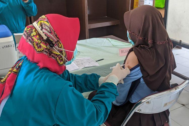 Vaksinasi Covid-19 siswa SMP Negeri 9 Purwokerto, Kabupaten Banyumas, Jawa Tengah, Jumat (3/9/2021).