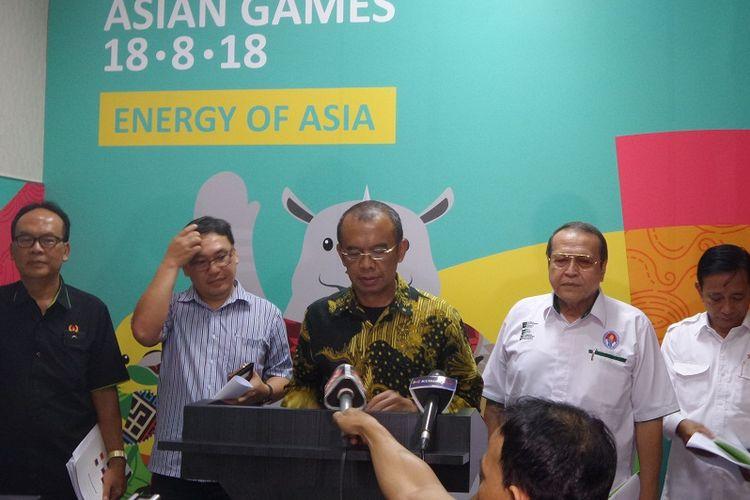 Sekretaris Kementerian Pemuda dan Olahraga (Kemenpora) Gatot S Dewa Broto, didampingi pengurus Lembaga Anti-Doping Indonesia (LADI), mengumumkan atlet PON XIX dan Peparnas XI 2016 yang positif memakai doping, di kantor Kemenpora, Jakarta, Kamis (4/5/2017).