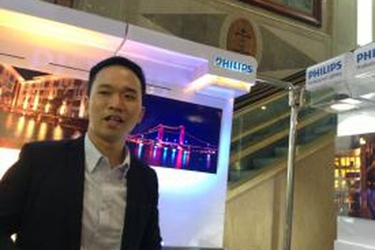 Marketing Manager Commercial & OEM Professional Lighting Channel PT Philips Indonesia, Danny Gunadi, menjelaskan mengenai program Turnkey Project & Services Philips di Jakarta, Senin (26/8/2013). Program tersebut berpusat pada dua hal, yaitu penawaran