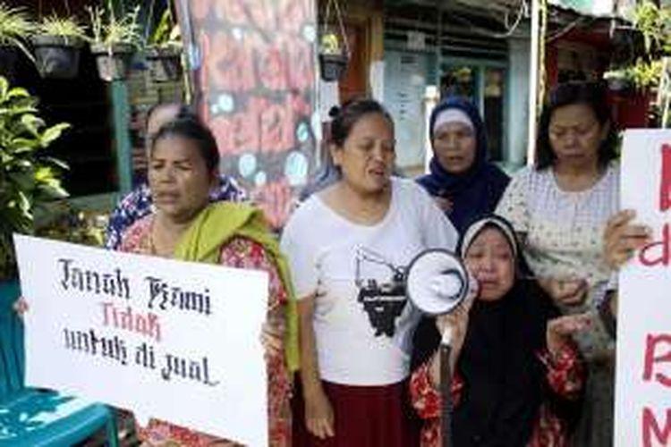 Sejumlah warga permukiman di Jalan Lauser, Kebayoran Baru, Jakarta Selatan, menangis saat melakukan aksi unjuk rasa, Senin (9/5/2016). Warga menolak rencana Pemerintah Kota Jakarta Selatan untuk menertibkan permukiman yang dinilai berdiri di lahan ruang terbuka hijau tersebut.