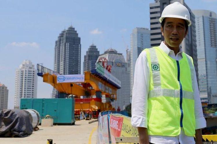 Presiden Joko Widodo meninjau perkembangan proyek pembangunan simpang susun Semanggi, Jakarta, Kamis (23/2/2017). Pembangunan proyek yang diharapkan akan mengurai kemacetan lalu lintas di kawasan Semanggi tersebut ditargetkan selesai pada Agustus 2017.
