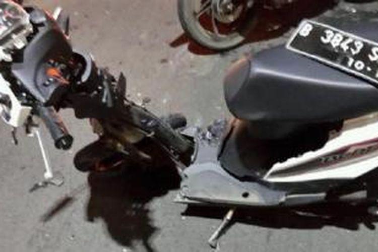 Motor Honda Beat yang dikendarai pasangan suami istri ringsek seteLah bertabrakan dengan mobil di JLNT Kampung Melayu-Tanah Abang (Casablanca), Senin (27/1/2014) malam seperti dilansir pengguna Twitter [at]UnaRatna.