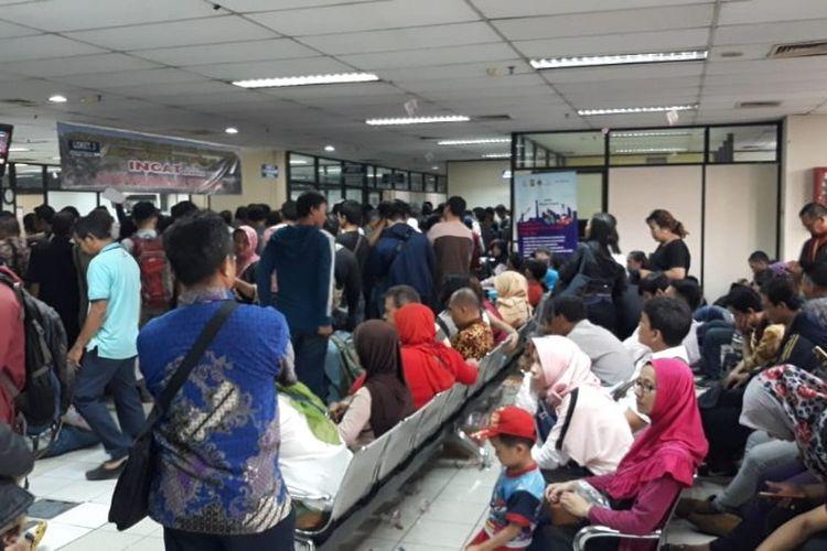 Antrean wajib pajak di kantor Samsat Jakarta Barat pada H-1 penghapusan sanksi administrasi pajak kendaraan bermotor, Jumat (14/12/2018).