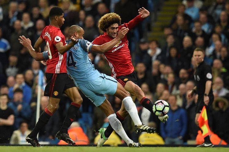 Aksi kapten Manchester City, Vincent Kompany, saat melawan Manchester United  di Stadion Etihad, pada 27 April 2017.