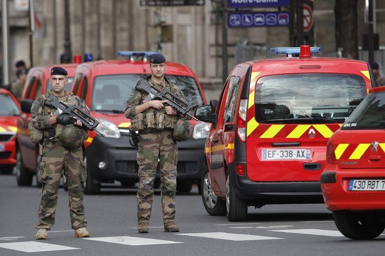 Petugas polisi berjaga di dekat markas kantor polisi di Paris, menyusul insiden penyerangan yang menewaskan empat petugas, Kamis (3/10/2019).