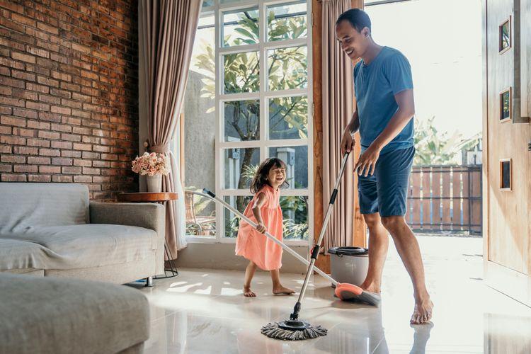 Ajarkan anak jadi pribadi yang mandiri dengan belajar membersihkan rumah.