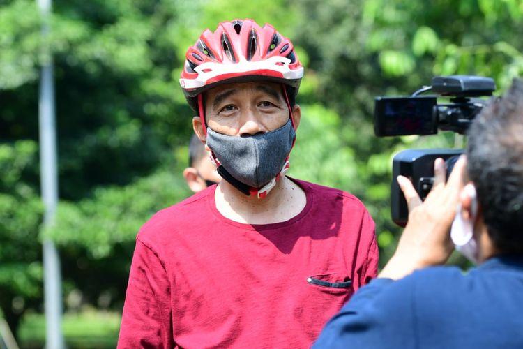 Presiden Joko Widodo berolahraga pagi dengan mengayuh sepeda di area Istana Kepresidenan Bogor, Jawa Barat, pada Sabtu, 25 Juli 2020.