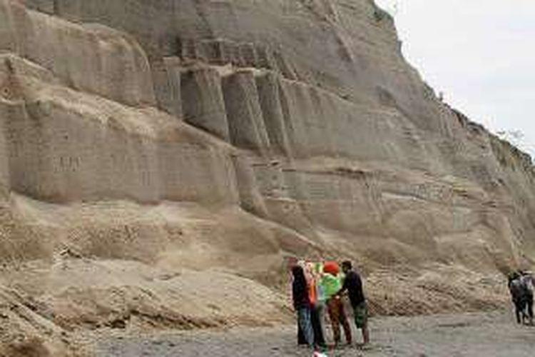 Pantai Tebing, Dusun Luk, Desa Sambi Bangkol, Kecamatan Gangga, Lombok Utara, Nusa Tenggara Barat. Tebing pasir itu adalah 'monumen' letusan dahsyat Gunung Rinjani Tua atau Samalas tahun 1257.