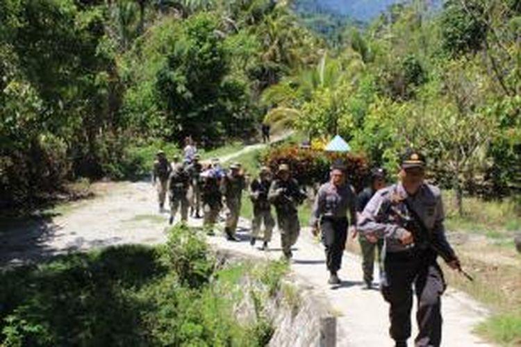 Foto suasana penyisiran Anggota Polisi dikaki Gunung Desa Kilo Lecamatan Poso Pesisir Utara