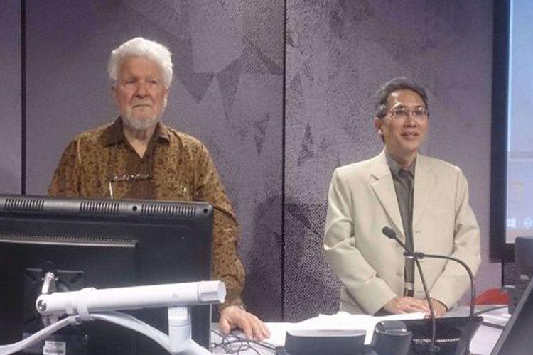 Associate Professor Charles Coppel (kiri) dengan Prof Ariel Heryanto di kuliah Herb Feith di Monash.