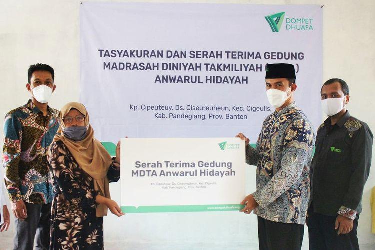 Suasana serah terima dan belajar pertama di Madrasah Diniyyah Takmiliyah Awaliyah Anwarul Hidayah di Desa Ciseureuheung, Kecamatan Cigeulis, Kabupaten Pandeglang, Banten.