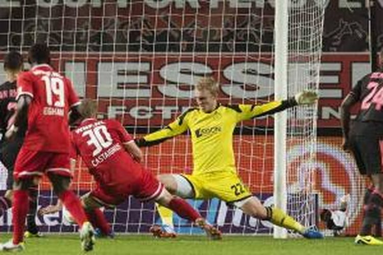 Pemain FC Twente Luc Castaignos mencetak gol ke gawang Ajax Amsterdam dalam laga Eredivisie, Sabtu (19/10/2013).