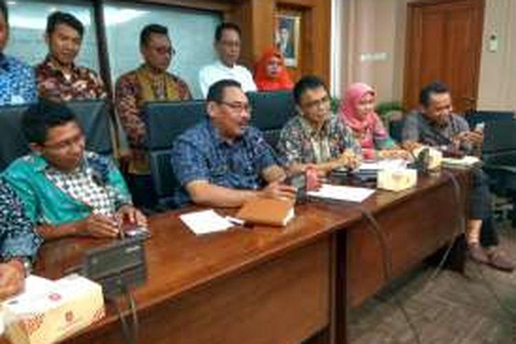 Wali Kota Jakarta Barat Anas Effendi menggelar rapat di kantornya membahas aduan warga, Jumat (23/9/2016).