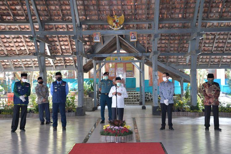 Wakil Presiden Maruf Amin didampingi Gubernur Jawa Barat Ridwan Kamil, Menteri Pendidikan Nadiem Makarim, Menteri Agama Fachrul Razi saat mengunjungi SMAN 4 Sukabumi di Kota Sukabumi, Rabu (8/7/2020).