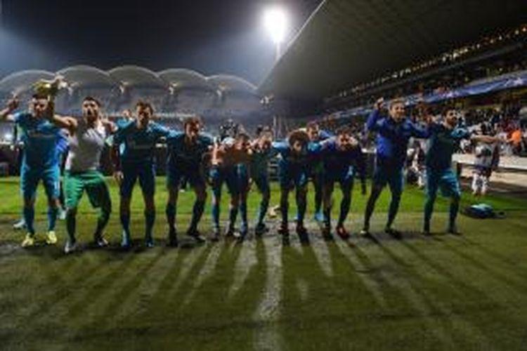 Para pemain Zenit St Petersburg merayakan kesuksesan melaju ke babak 16-besar Liga Champions setelah menang 2-0 atas Olympique Lyon, Rabu (4/11/2015).