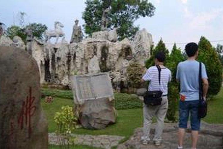 Turis China di Taman Budaya Tionghoa Indonesia, Taman Mini Indonesia Indah, Jakarta.