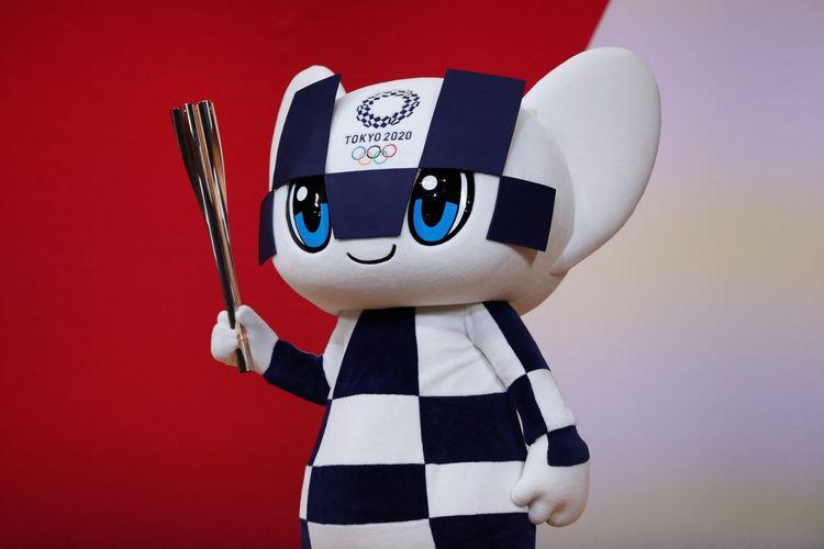 Miraitowa, maskot Olimpiade Tokyo 2020, memegang obor Olimpiade dalam upacara yang menandai satu tahun sebelum dimulainya Olimpiade di Tokyo pada 24 Juli 2019.