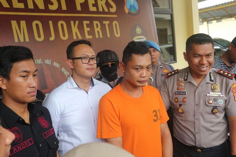Kusnan Ghoibi alias Ali, anggota TNI AL gadungan yang memperdayai 5 orang janda, saat dipublikasikan kepada wartawan di Mapolres Mojokerto, Jawa Timur, Senin (17/2/2020).(KOMPAS.COM/MOH. SYAFIÍ)