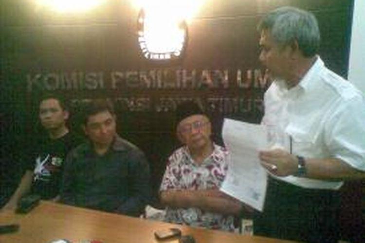 Herman Sumawireja (kanan), calon wakil gubernur pendamping Khofifah Indar parawansah, mendatangi Komisi Pemilihan Umum (KPU) Jawa Timur, untuk menegaskan surat pernyataan dari Partai Kedaulatan, di Surabaya, Sabtu (13/7/2013). Herman didampingi Pemimpin Pondok Pesantren Tebuireng Jombang KH Salahuddin Wahid (Gus Solah).