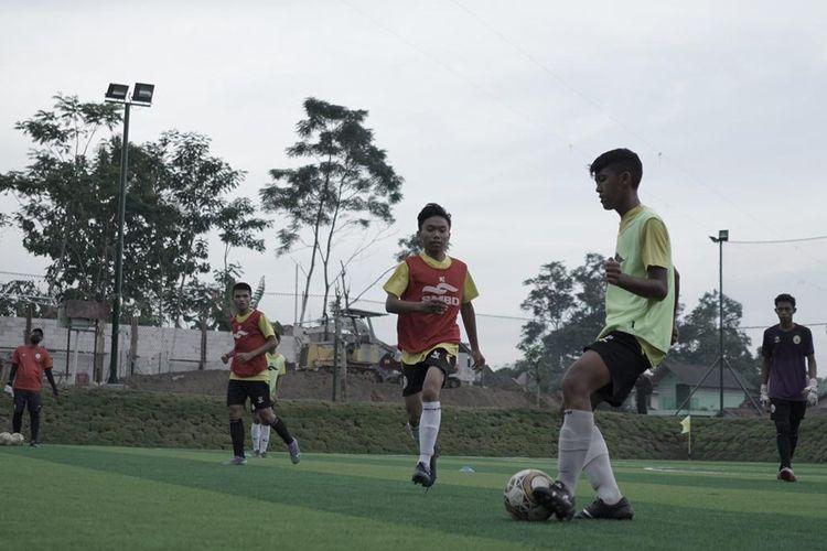 Pemain-pemain Akademi PS Sleman berlatih di Lapangan Pugeran, Sleman, Senin (3/5/2021). Sedikitnya, ada lima alumni Akademi saat ini yakni  Bagas Umar, Wahyu Boli, Ifan Nanda, Dimas Fani, dan Saddam Gaffar.