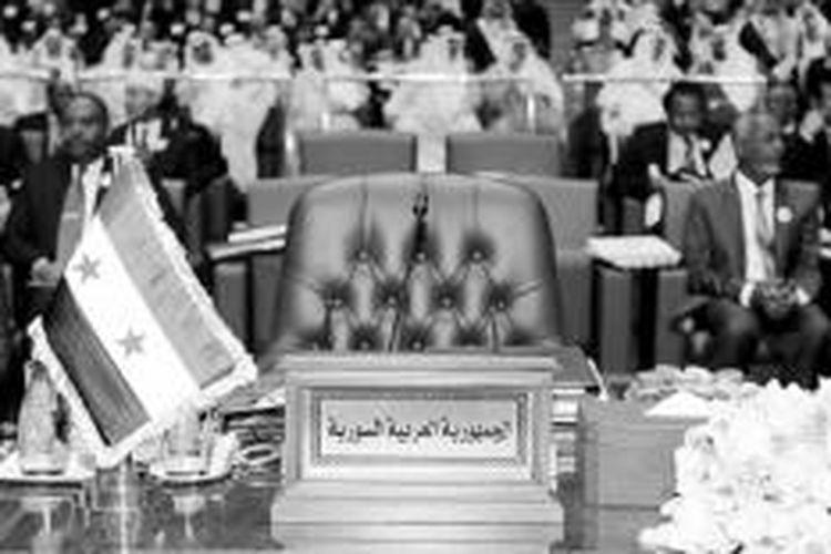 REUTERS/HAMAD I MOHAMMED  Kursi yang disediakan untuk Presiden Suriah Bashar al-Assad dibiarkan kosong dalam Konferensi Tingkat Tinggi Ke-25 Liga Arab tahun 2014 di Kuwait City, Kuwait, Selasa (25/3). KTT Liga Arab antara lain membicarakan krisis politik dan perang saudara di Suriah yang memasuki tahun keempat.