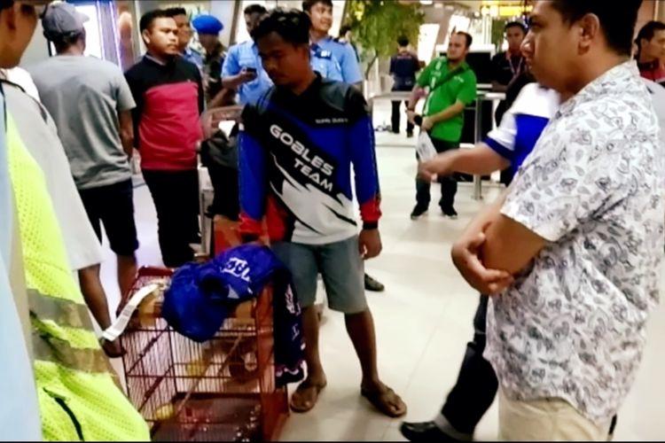 Rendy, saat mengajukan keberatan atas hilangnya burung kicau berjenis kacer di Bandara Internasional Supadio Pontianak, Kalimantan Barat.