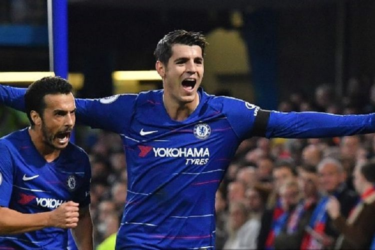 Alvaro Morata dan Pedro melakukan selebrasi seusai mencetak gol pada pertandingan Chelsea vs Crystal Palace di Stamford Bridge dalam lanjutan Liga Inggris, 4 November 2018.