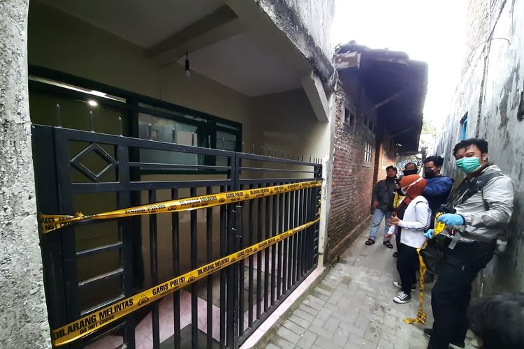 Garis polisi dipasang di lokasi penusukan suami terhadap istri pertamanya di Jalan Joyoagung, Kota Malang, Rabu (2/6/2021)