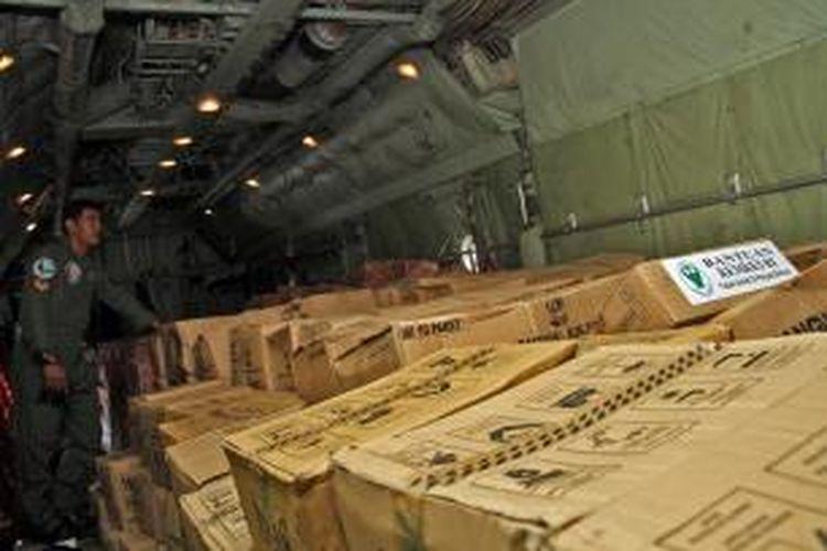 Bahan bantuan untuk korban topan Haiyan di Philipinan dari Pemerintah RI berada dalam badan pesawat Hercules milik TNI-AU.