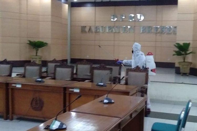 Petugas Dinas Kesehatan Brebes mensterilkan gedung DPRD dengan menyemprot desinfektan setelah ketua DPRD terkonfirmasi positif, Jumat (11/9/2020)