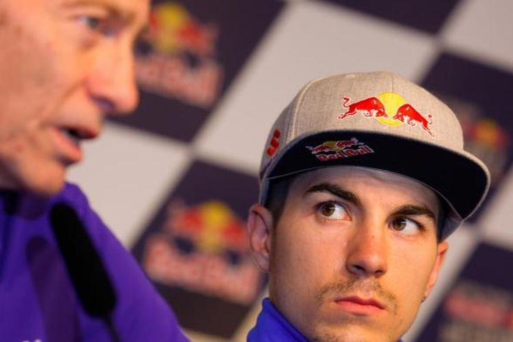 Pebalap Suzuki Ecstar asal Spanyol, Maverick Vinales, memperhatikan Managing Director Yamaha Racing Lin Jarvis yang berbicara saat konferensi pers jelang GP Spanyol di Sirkuit Jerez, Kamis (21/4/2016).