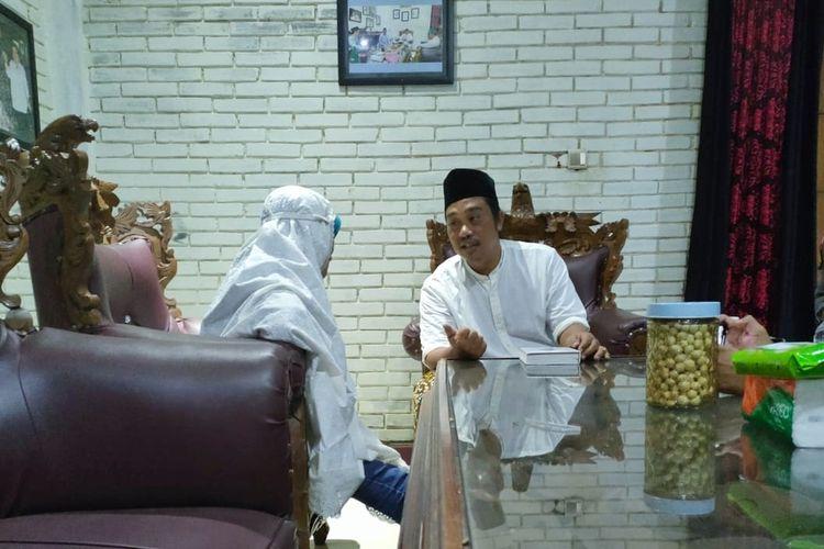 RN (50), wanita lanjut usia yang diduga mencopet di Pasar Mandiraja mendapat siraman rohani dari pengasuh Pondok Pesantren Alif Ba Mantrianom, Banjarnegara, Jawa Tengah, Rabu (3/2/2021).
