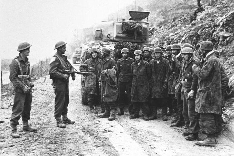 Foto ini memperlihatkan sekelompok prajurit Jerman yang ditangkap pasukan Selandia Baru dalam pertempuran Monte Cassino yang berlangsung pada Januari-Mei 1944. Dalam pertempuran brutal itu 70.000 prajurit dari pihak Sekutu dan Jerman tewas atau terluka.