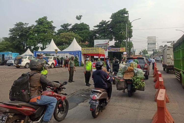 Personel gabungan saat tengah menjaga posko penyekatan di Jalan Gatot Subroto, Jatiuwung, Kota Tangerang, pada larangan mudik Lebaran 2021 hari kedua, Jumat (7/5/2021).