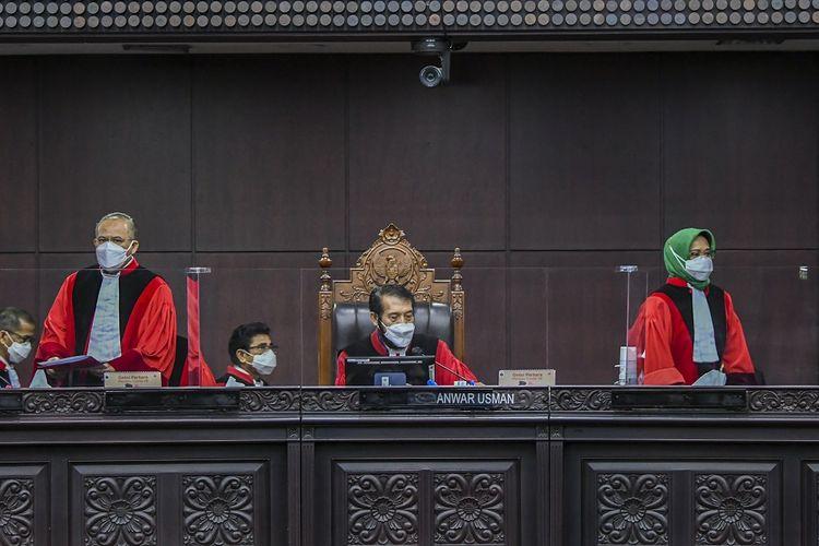 Ketua Majelis Hakim Mahkamah Konstitusi (MK) Anwar Usman (tengah) beserta Hakim Konstitusi Aswanto (kiri) dan Enny Nurbaningsih (kanan) bersiap membacakan putusan perkara di gedung Mahkamah Konstitusi, Jakarta, Selasa (4/5/2021). Majelis Hakim MK dalam putusannya menolak seluruh gugatan permohonan pengujian formil dan materiil Undang-Undang Nomor 19 Tahun 2019 tentang perubahan kedua atas Undang-Undang Nomor 30 Tahun 2002 tentang Komisi Pemberantasan Tindak Pidana Korupsi terhadap Undang-Undang Dasar Negara Republik Indonesia 1945. ANTARA FOTO/Galih Pradipta/wsj.