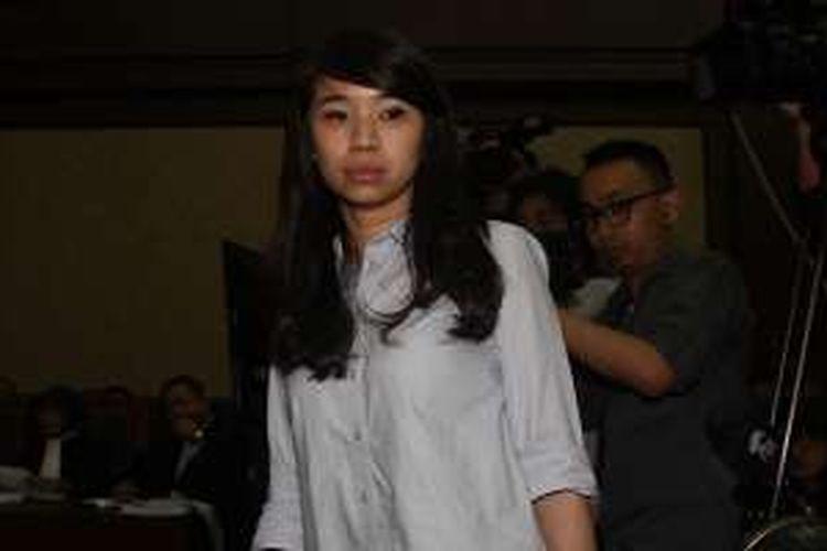 Saksi kunci kasus pembunuhan Mirna, Hani Juwita Boon memberikan kesaksian disaksikan terdakwa Jessica Kumala Wongso (kiri) dalam sidang di PN Jakarta Pusat, Jakarta, Rabu (13/7/2016). Sidang itu beragenda mendengar keterangan saksi dan pemutaran rekaman CCTV.