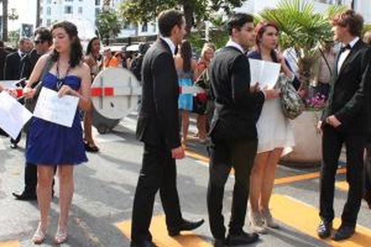 Inilah mereka yang mencoba mendapatkan tiket nonton gratis bersama para artis yang hadir di Festival de Cannes 2014.