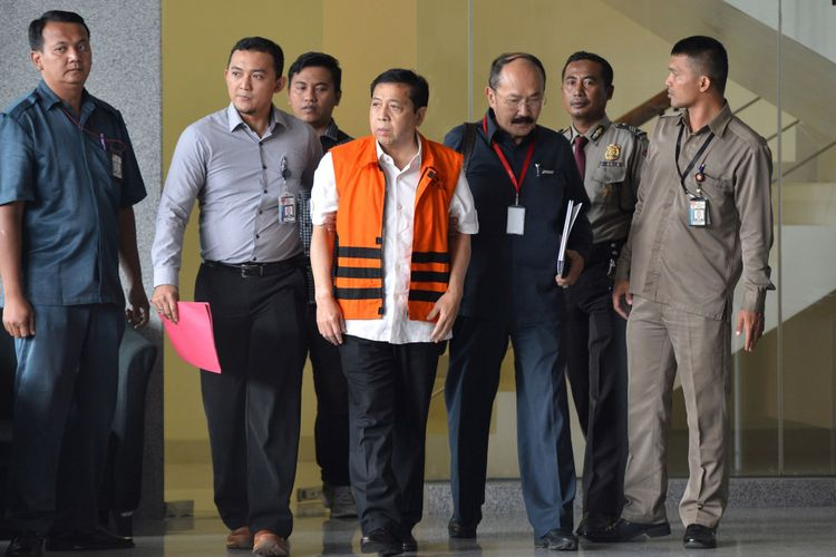 Tersangka kasus korupsi KTP elektronik Setya Novanto (tengah) meninggalkan gedung KPK seusai menjalani pemeriksaan di Jakarta, Selasa (21/11/2017). Ketua DPR tersebut menjalani pemeriksaan perdana selama lima jam usai ditahan oleh KPK terkait dugaan korupsi proek KTP elektronik.