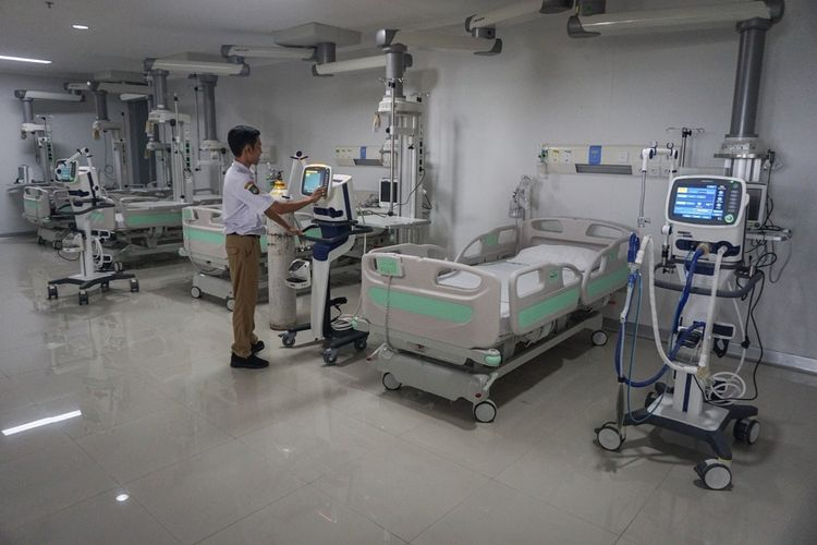 Petugas medis melakukan pengecekan alat di ruang isolasi yang digunakan untuk merawat pasien di Rumah Sakit Umum Daerah (RSUD) Bung Karno, Solo, Jawa Tengah, Jumat (27/3/2020). Pemerintah Kota Solo menyiapkan rumah sakit tersebut sebagai tambahan rujukan penanganan Virus Corona atau COVID-19 dengan empat ruang isolasi yang khusus diperuntukan bagi pasien dalam pengawasan (PDP) dan orang dalam pengawasan (ODP) yang membutuhkan perawatan medis. ANTARA FOTO/Mohammad Ayudha/nz.