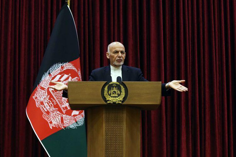 Presiden Afghanistan Ashraf Ghani berbicara di konferensi pers di Kabul, Afghanistan, Minggu (1/3/2020).