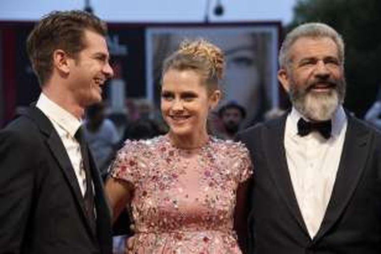 Sutradara Mel Gibson (kanan) bersama artis peran Andrew Garfield (kiri) dan Teresa Palmer, menghadiri pemutaran perdana film Hacksaw Ridge di Festival Film Venice 2016 di Venice Lido, Italia, Minggu (4/9/2016).