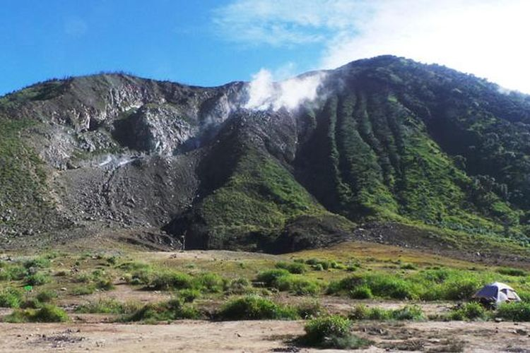 Pendaki mendirikan tenda di lahan datar sekitar R54 dekat kawah Gunung Talang, Solok, Sumatera Barat, Rabu (1/6/2016). Dari Gunung Talang, pendaki bisa melihat pesona tiga danau di Kabupaten Solok. Tiga danau tersebut adalah Danau Di Atas, Danau Di Bawah, dan Danau Talang.
