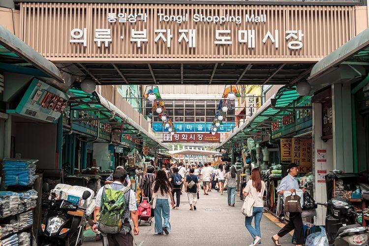 Salah satu area belanja di Dongdaemun, Korea Selatan.